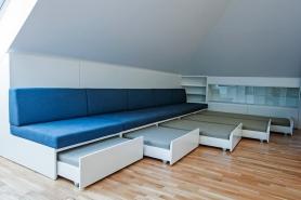 Čalounění pohovky, design Ing. Arch. Michaela Chvojková